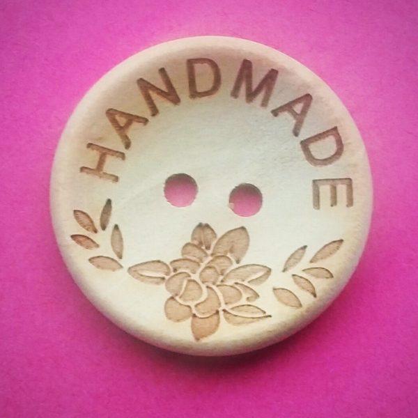 Houten knoop handmade met bloemdecoratie