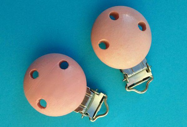 Speenclips hout licht roze met gaatjes