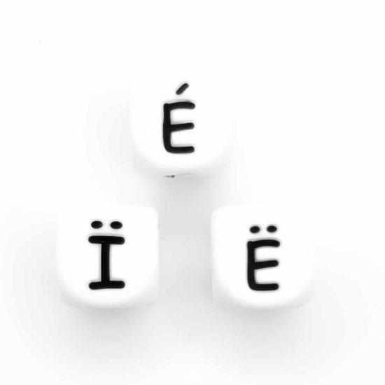 Siliconen letterkralen Ë, É en Ï wit 12 mm