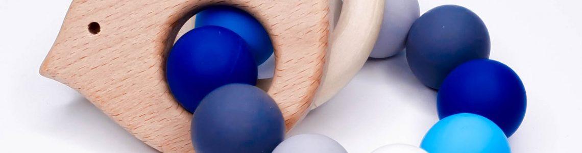 Bijtring maken voltooid siliconen met houten hangers blauw