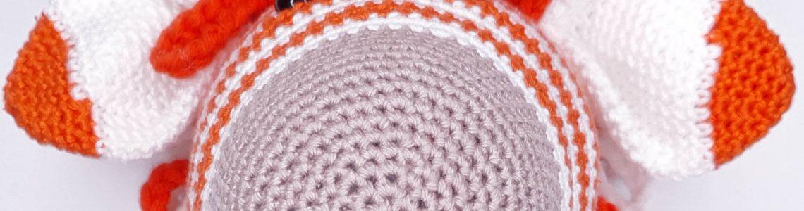 Zebra Zoë Amigurumi gemaakt met ByClaire White (001) en Orange (046)